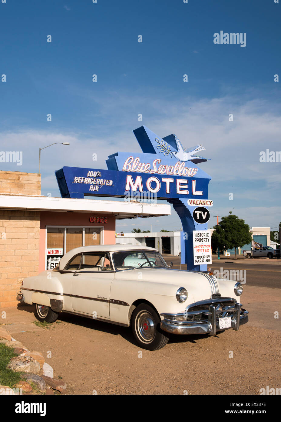 Blue Swallow Motel in Tucumcari, New Mexico with vintage Pontiac Eight car - Stock Image
