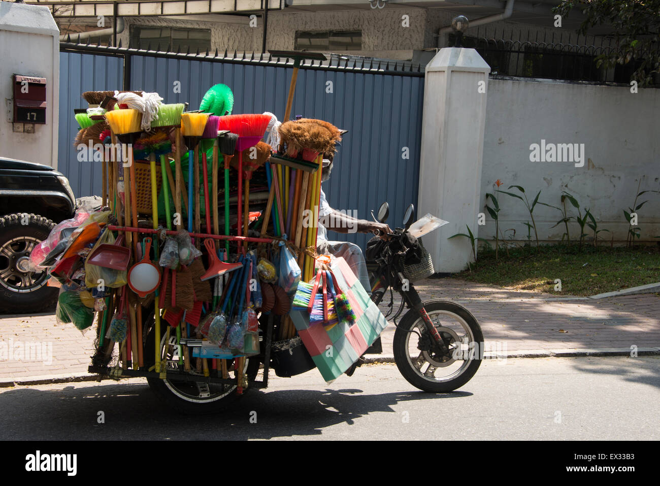 VOYAGE - Futur nomade à deux roues - Page 2 A-hawker-on-his-motorcycle-carrying-a-load-of-household-brooms-in-EX33B3