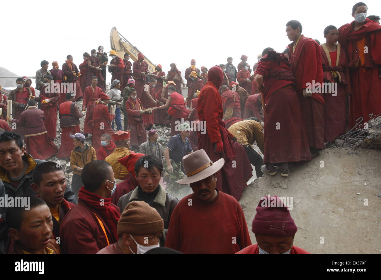 Monks and ethnic Tibetans search for survivors in the earthquake-hit town of Gyegu in Yushu County, Qinghai province, - Stock Image