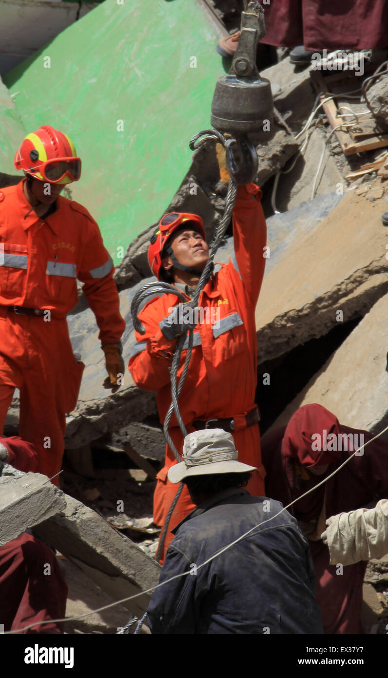 Rescuers and ethnic Tibetans search for survivors in the earthquake-hit town of Gyegu in Yushu County, Qinghai province, - Stock Image