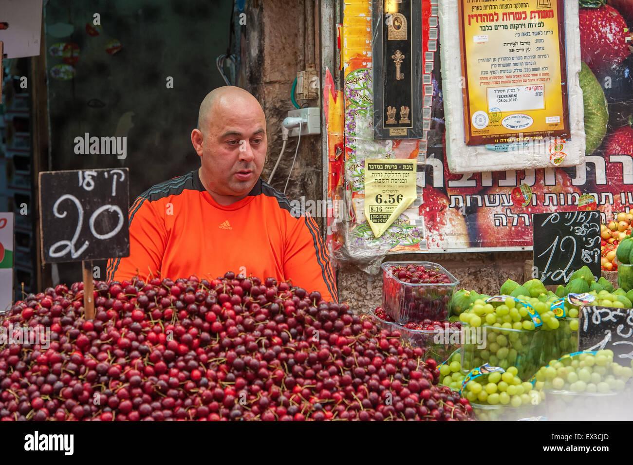 Fruit vendor, Machane Yehuda Market, Jerusalem, Israel - Stock Image
