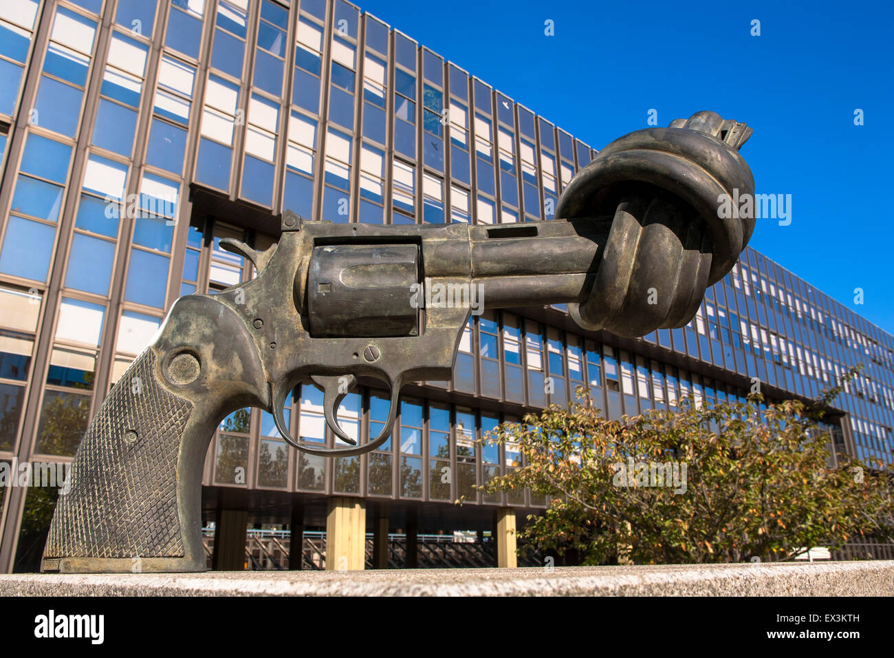 LUX, Luxembourg, city of Luxembourg, Kirchberg district, sculpture Non Violence of the swedish artist Carl Frederik - Stock Image