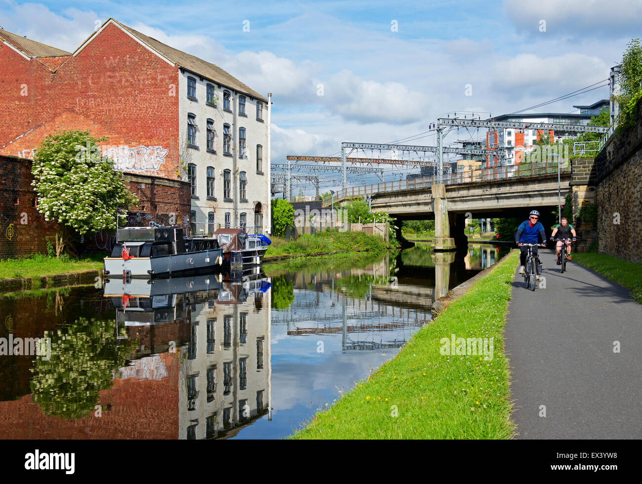 Cyclists on the towpath of the Leeds-Liverpool Canal, Leeds, West Yorkshire, england UK - Stock Image