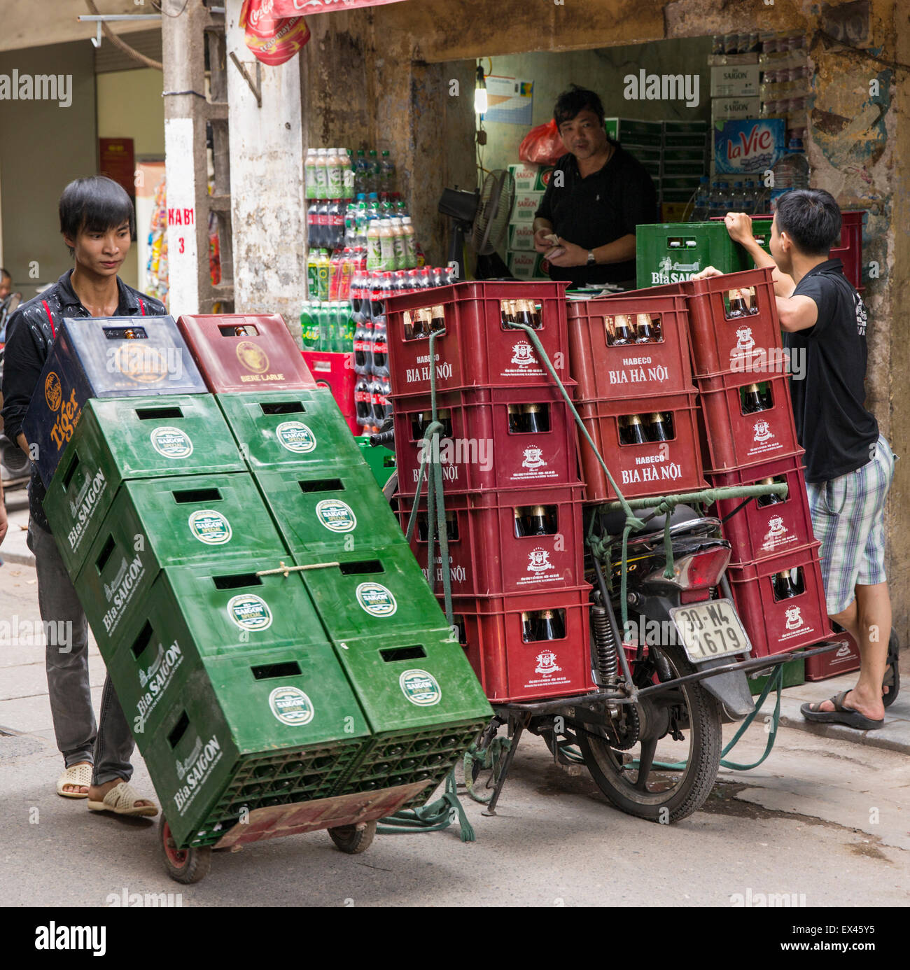 Beer delivery on foot or by bicycle in the Old Town, Hanoi Vietnam - Stock Image