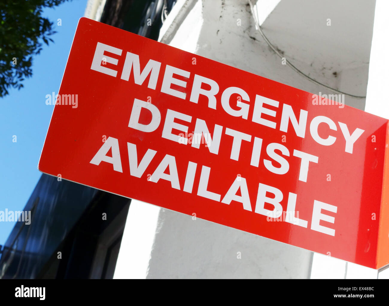 Emergency Dentist Available sign outside surgery, London - Stock Image