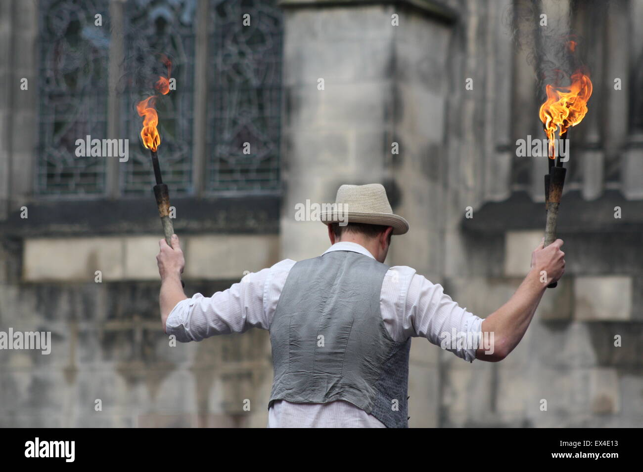 A street performer entertains a crowd at the Edinburgh Festival, August 2014. - Stock Image