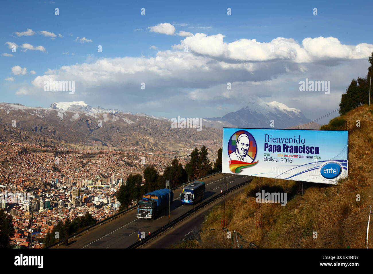 La Paz, Bolivia, 6th July 2015. A billboard welcoming Pope Francis to Bolivia next to the motorway between El Alto - Stock Image