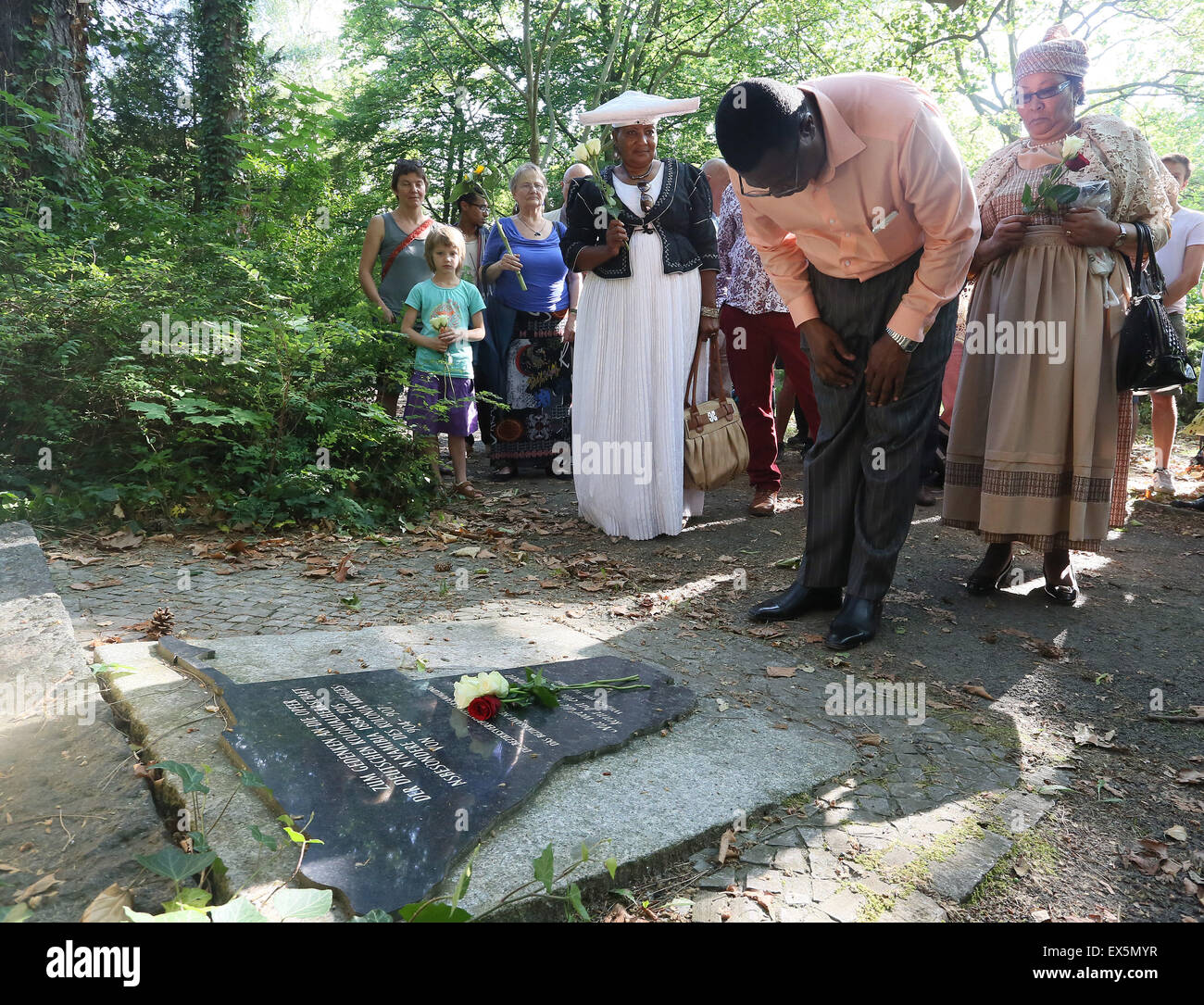 Berlin, Germany. 07th July, 2015. Vekull Rukoro of the Ovaherero Traditional Authority lays a flower to commemorate - Stock Image