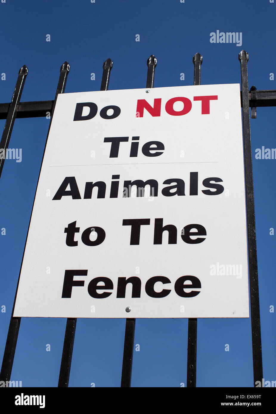 Do Not Tie Animals To The Fence sign. - Stock Image