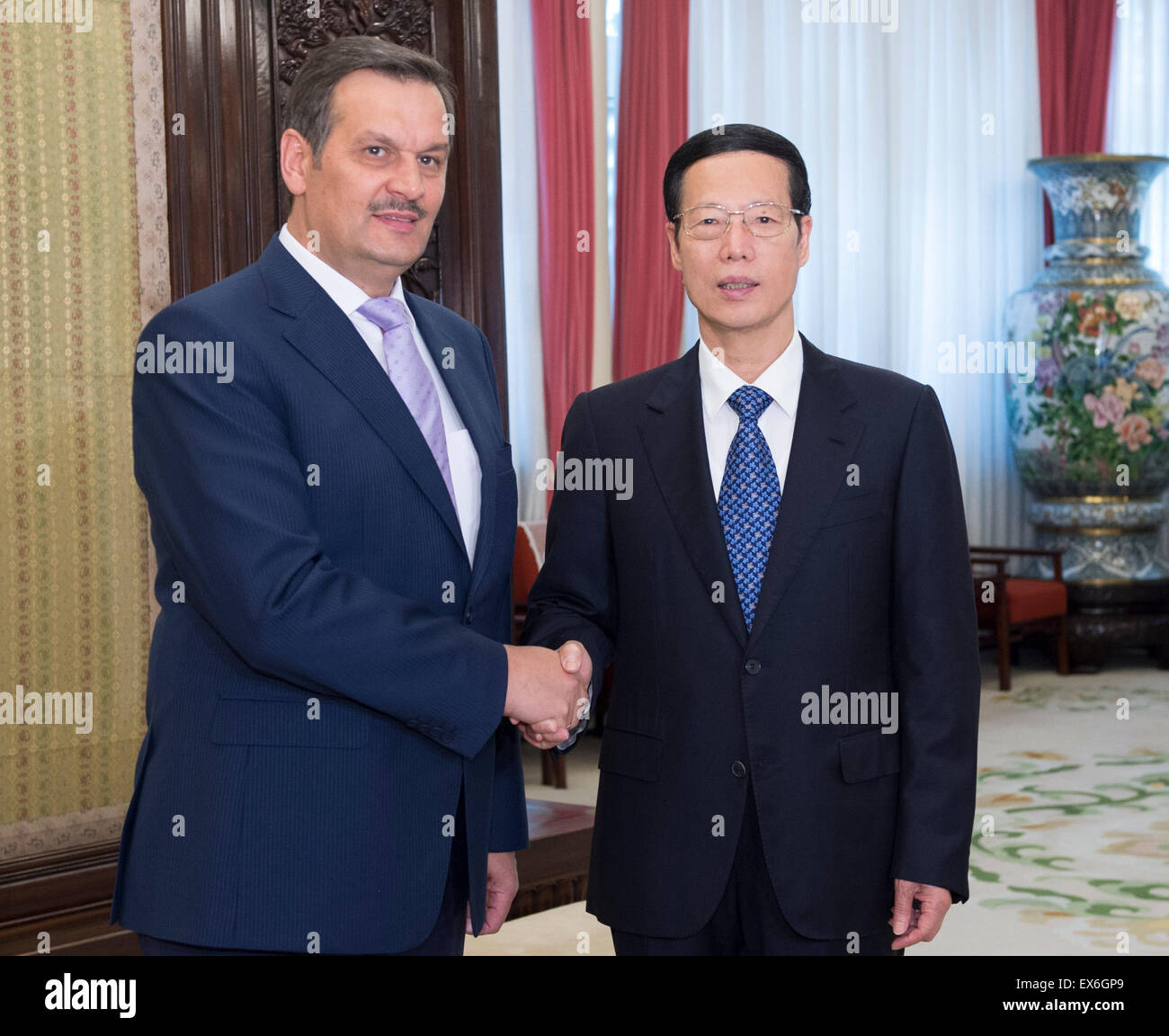 Beijing, China. 8th July, 2015. Chinese Vice Premier Zhang Gaoli (R) meets with Anatoly Kalinin, deputy prime minister - Stock Image