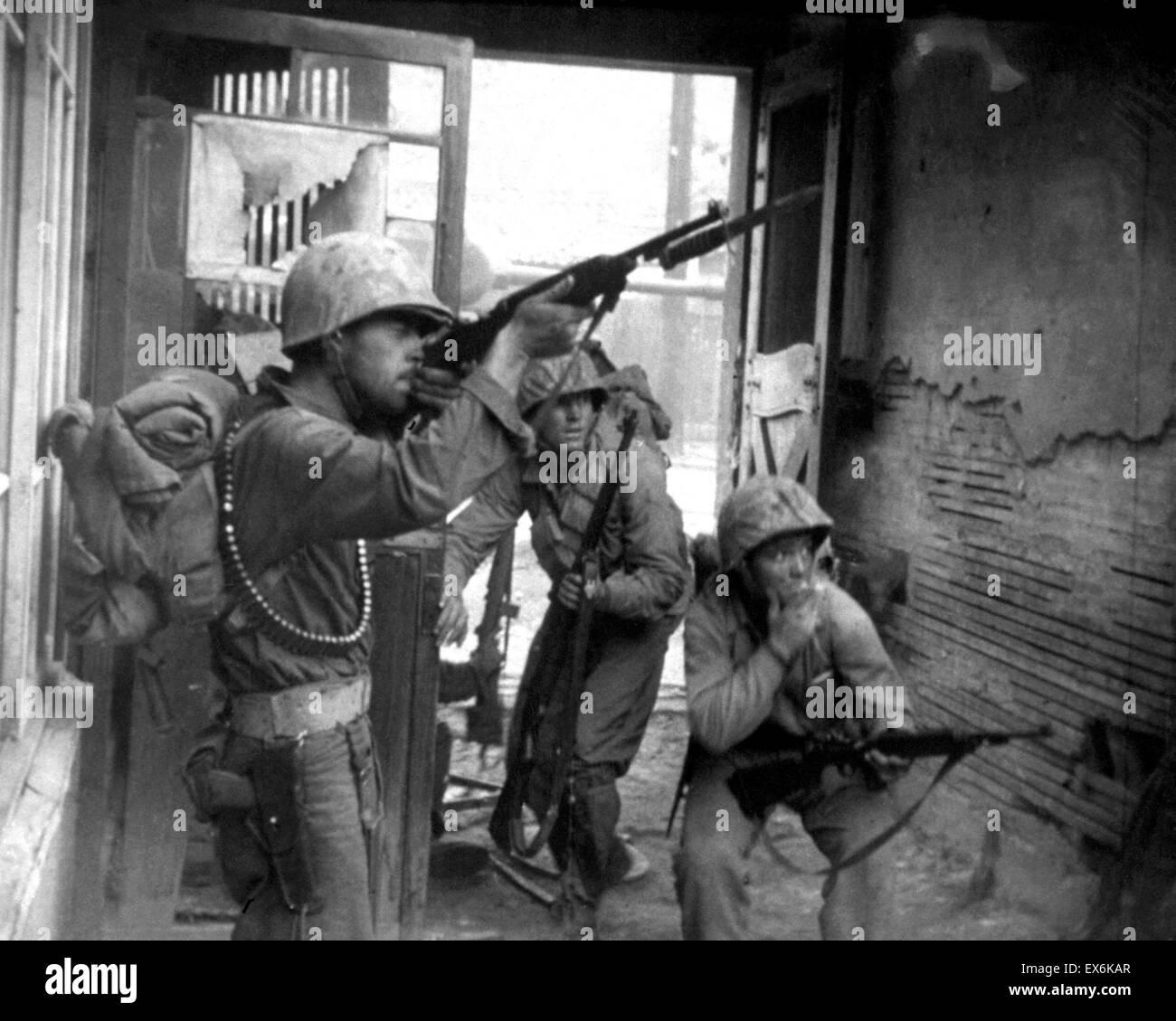 Lieutenant Robert Strickland, Corporal John Romanowski of the US army in action Korea 1950 - Stock Image