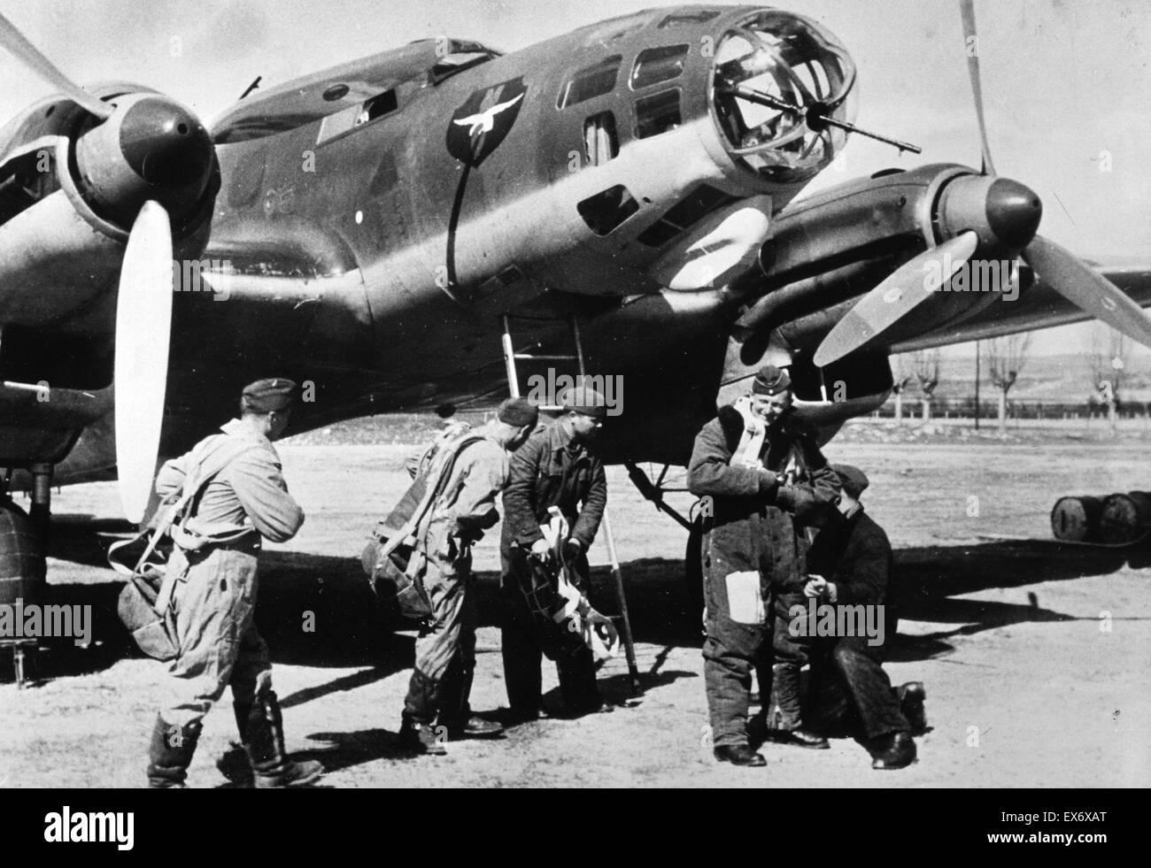 Spanish Civil War: A crew belonging to the Condor Legion stand near a Heinkel aircraft. 1938 - Stock Image