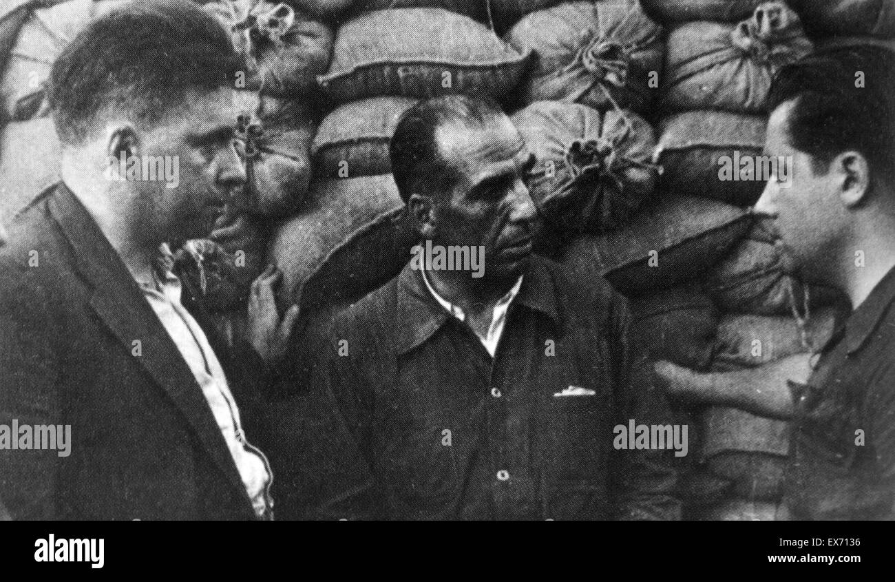 Mikhail Efimovich Koltsov (1898, – 1942), shown (right) talking to republican Spanish officials; As a Pravda correspondent, - Stock Image