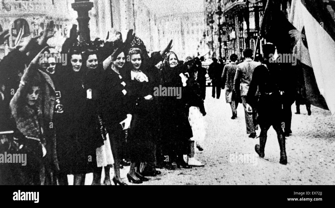 A child waves to his departing father who is fighting with the republican army during the Spanish Civil War - Stock Image