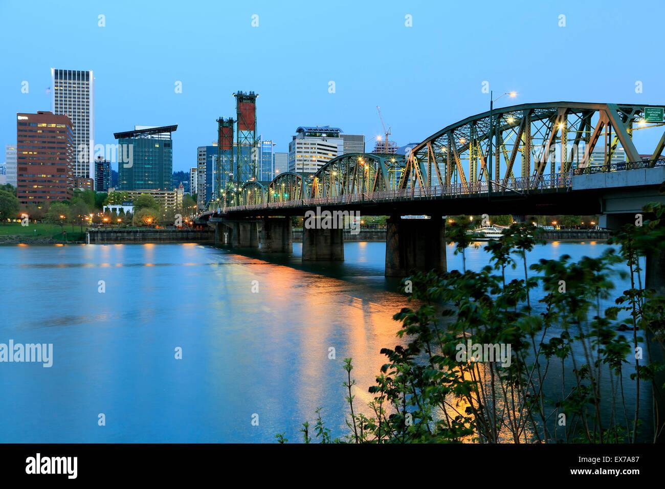 Skyline of Portland, Hawthorne Bridge and Willamette River, Portland, Oregon USA - Stock Image