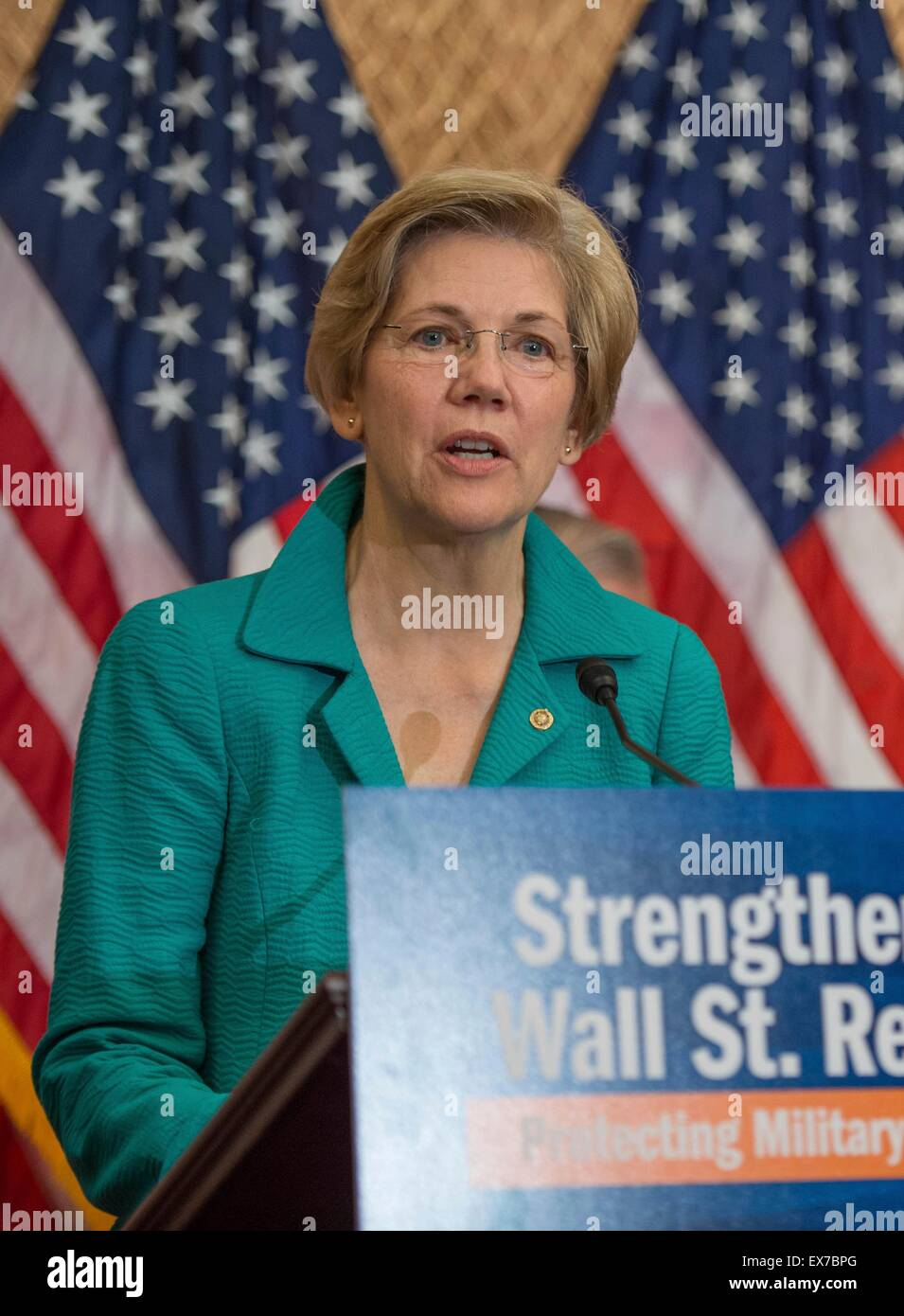 US Senator Elizabeth Warren joined by other Democratic Senators calls for passage of the Military Consumer Protection - Stock Image