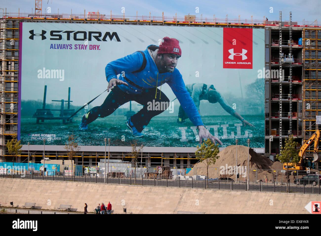 Grossplakat mit Werbung fuer die Firma 'Storm/ Under Armor' mit dem Rugby Star Jamie Roberts, Berlin. - Stock Image