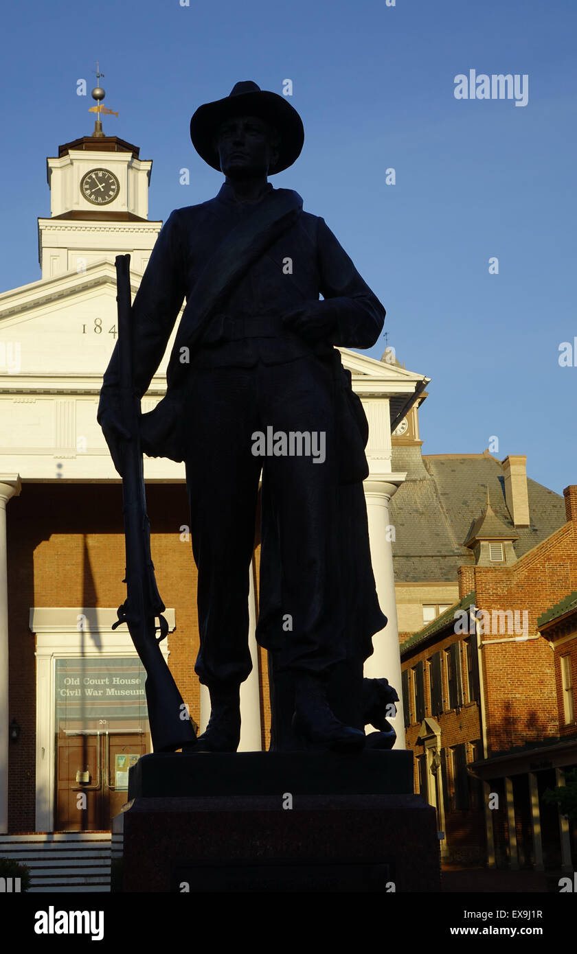 Confederate soldier monument silhouetted against the Old Court House Civil War Museum, Old Town mall, Winchester, - Stock Image