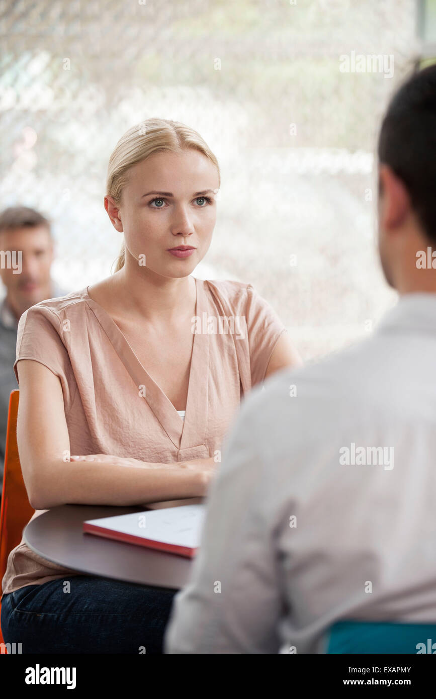 Woman having informal meeting with colleague - Stock Image