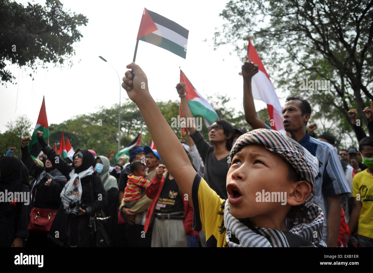 Jakarta, Indonesia. 10th July, 2015. Hundreds of Indonesian Muslims commemorate Al-Quds Day by demonstrating support - Stock Image