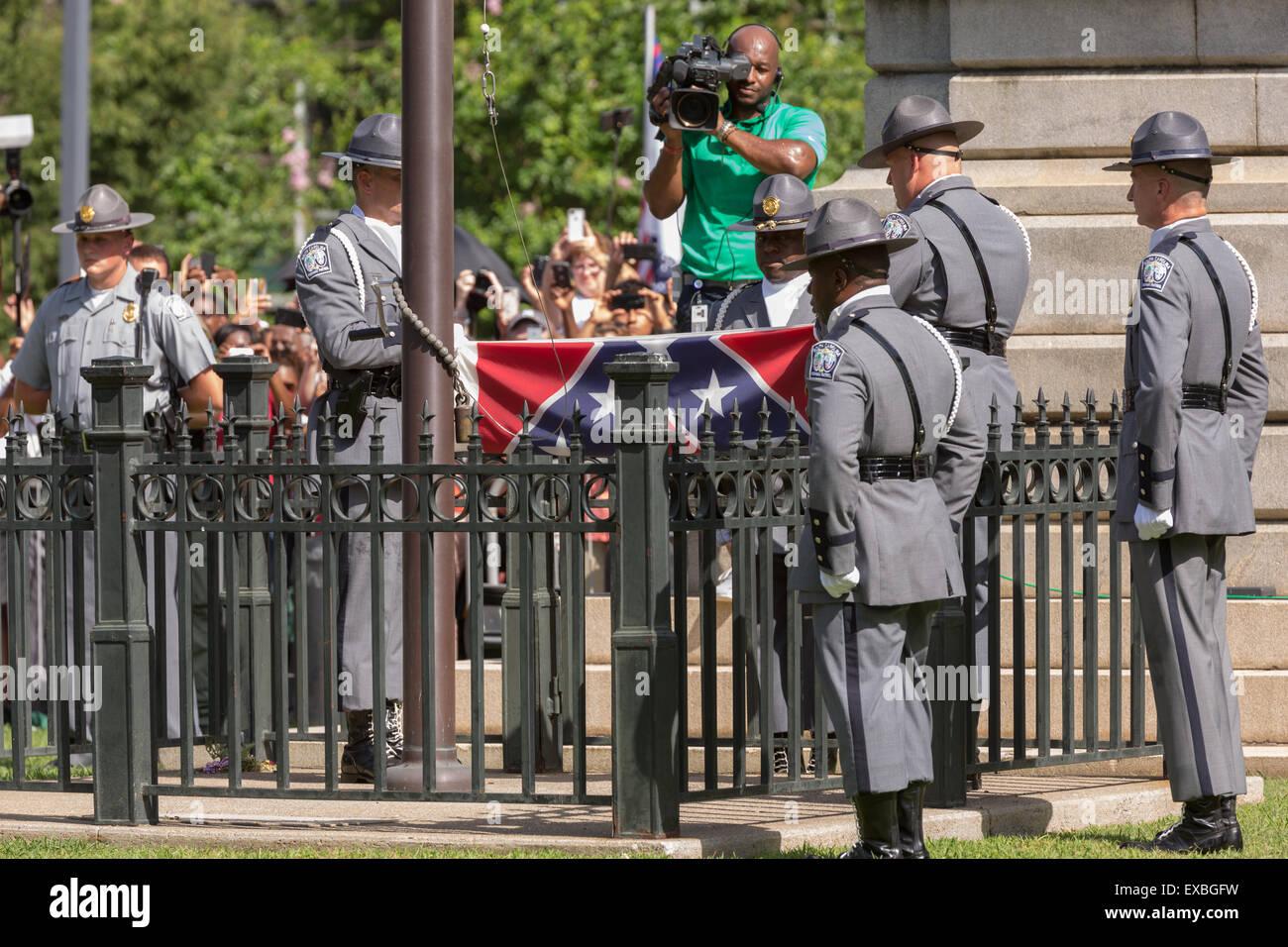 Columbia, South Carolina, USA. 10th July, 2015. South Carolina State police honor guard fold the Confederate flag - Stock Image