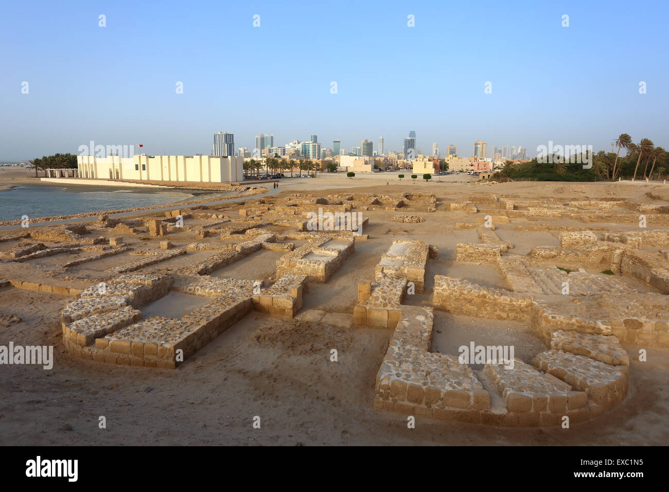 Bahrain Fort Museum with excavations of Dilmun-era ruins in front, Kingdom of Bahrain - Stock Image