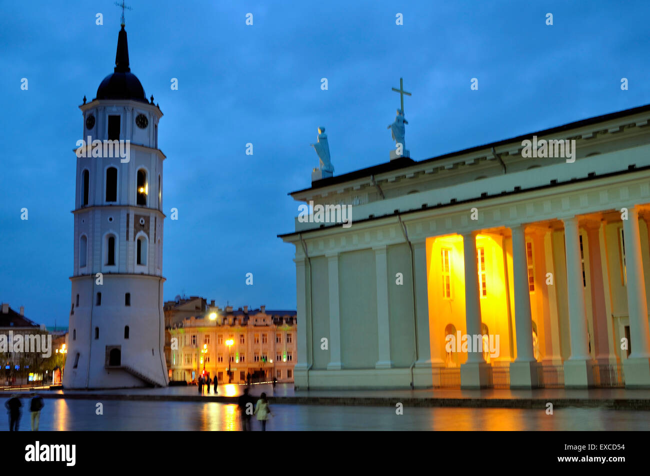 The Cathedral of Vilnius with the Gediminas's Bell Tower and the Cathedral Square at night. - Stock Image