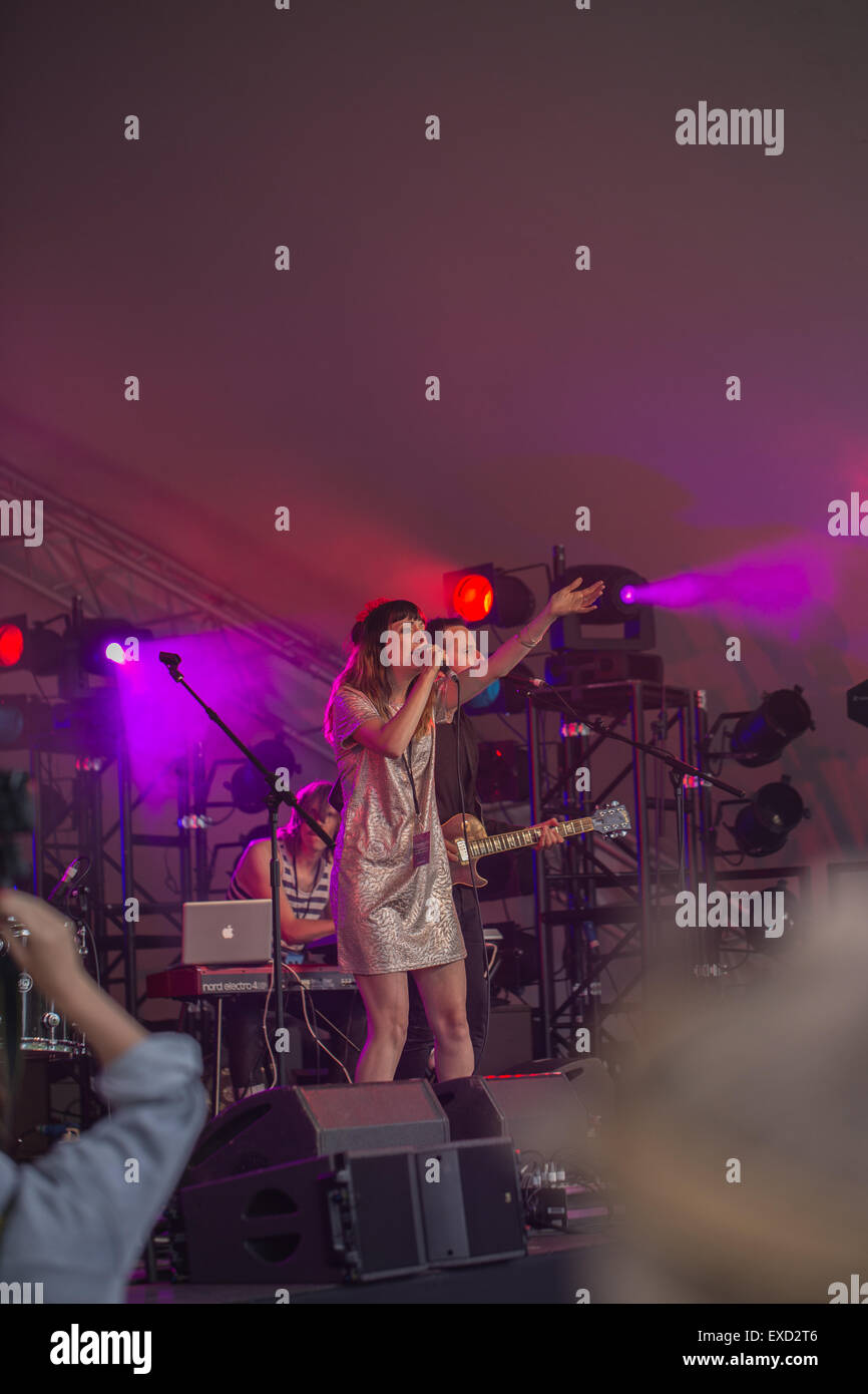 Great Tew, Oxfordshire, UK. 11th July, 2015. Singer Sarah Howells of Paper Aeroplanes on stage at Cornbury festival - Stock Image