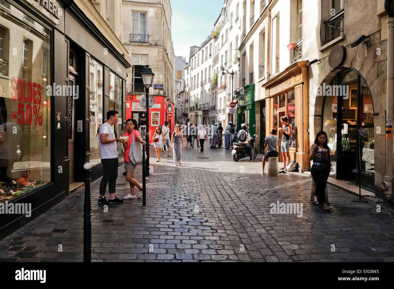 tourists in the jewish quarter rue de rosiers gay. Black Bedroom Furniture Sets. Home Design Ideas