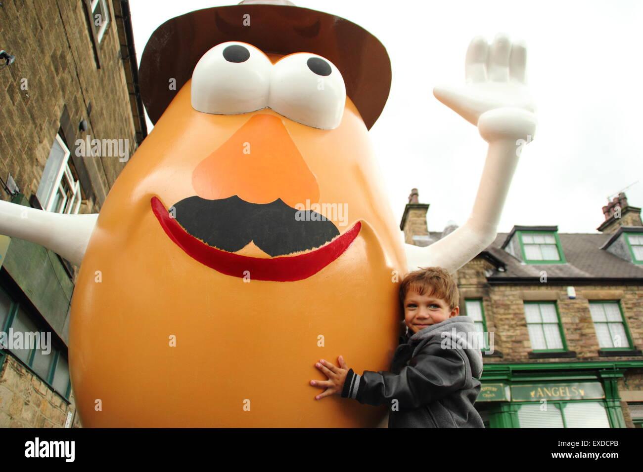 Belper, Derbyshire, UK. 12th July, 2015. Three-year-old Darwyn Reed from Belper hugs a giant Mr Potato Head that - Stock Image