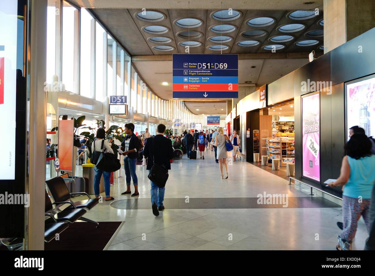 Terminal 2d Gates, passengers shopping duty free shops at Charles de Gaulle, airport, Paris, France. - Stock Image