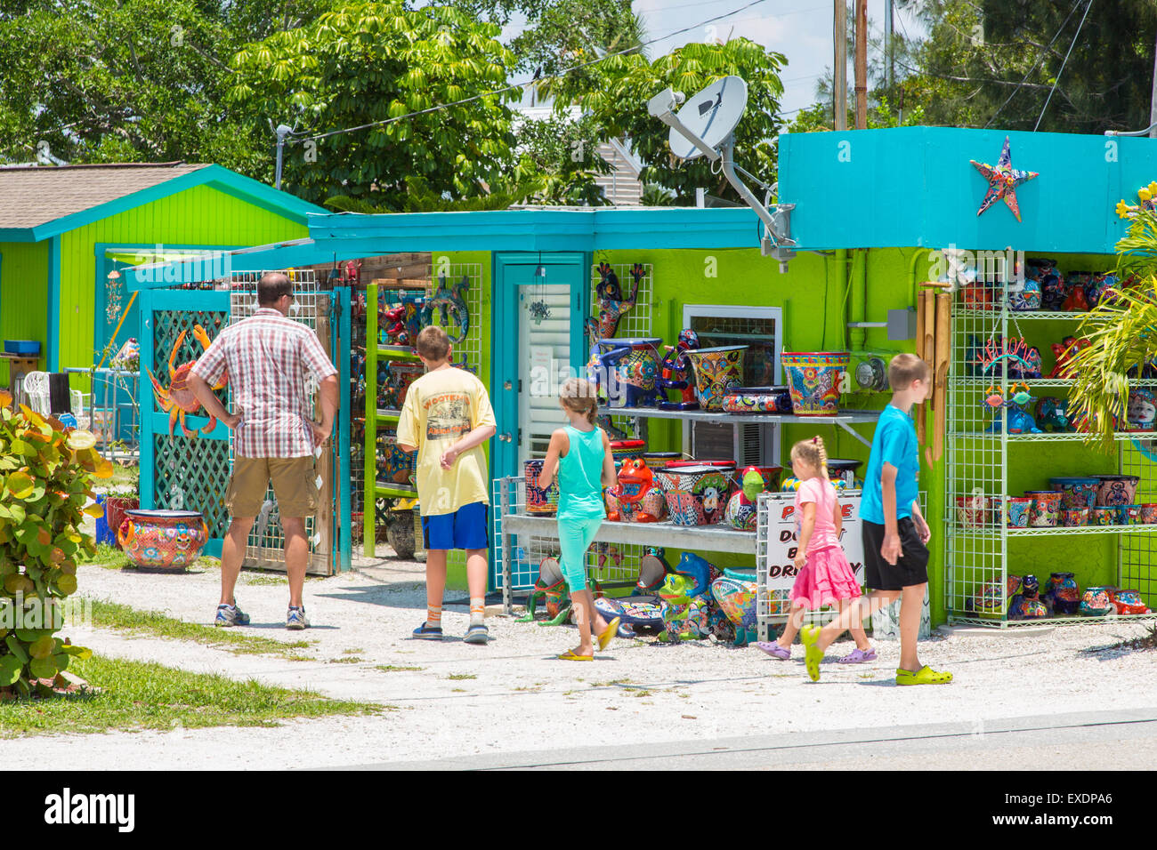 Family shopping in colorful Pine Island area of Matlacha in southwest Florida - Stock Image