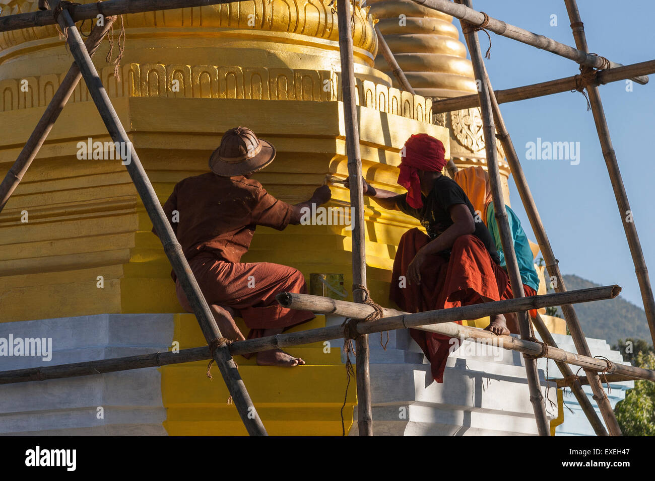 Local men doing repair work, Hsu Taung Pye Pagodas, Kalaw, Shan State, Myanmar - Stock Image