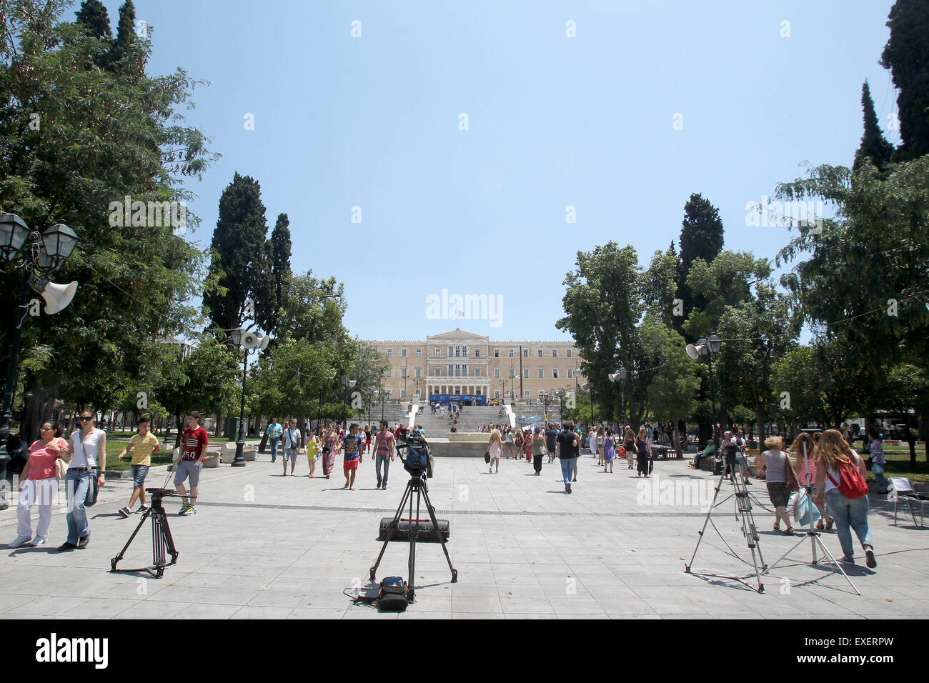 Athens, Greece. 13th July, 2015. People walk in front of the Greek Parliament in Athens, Greece, July 13, 2015. - Stock Image