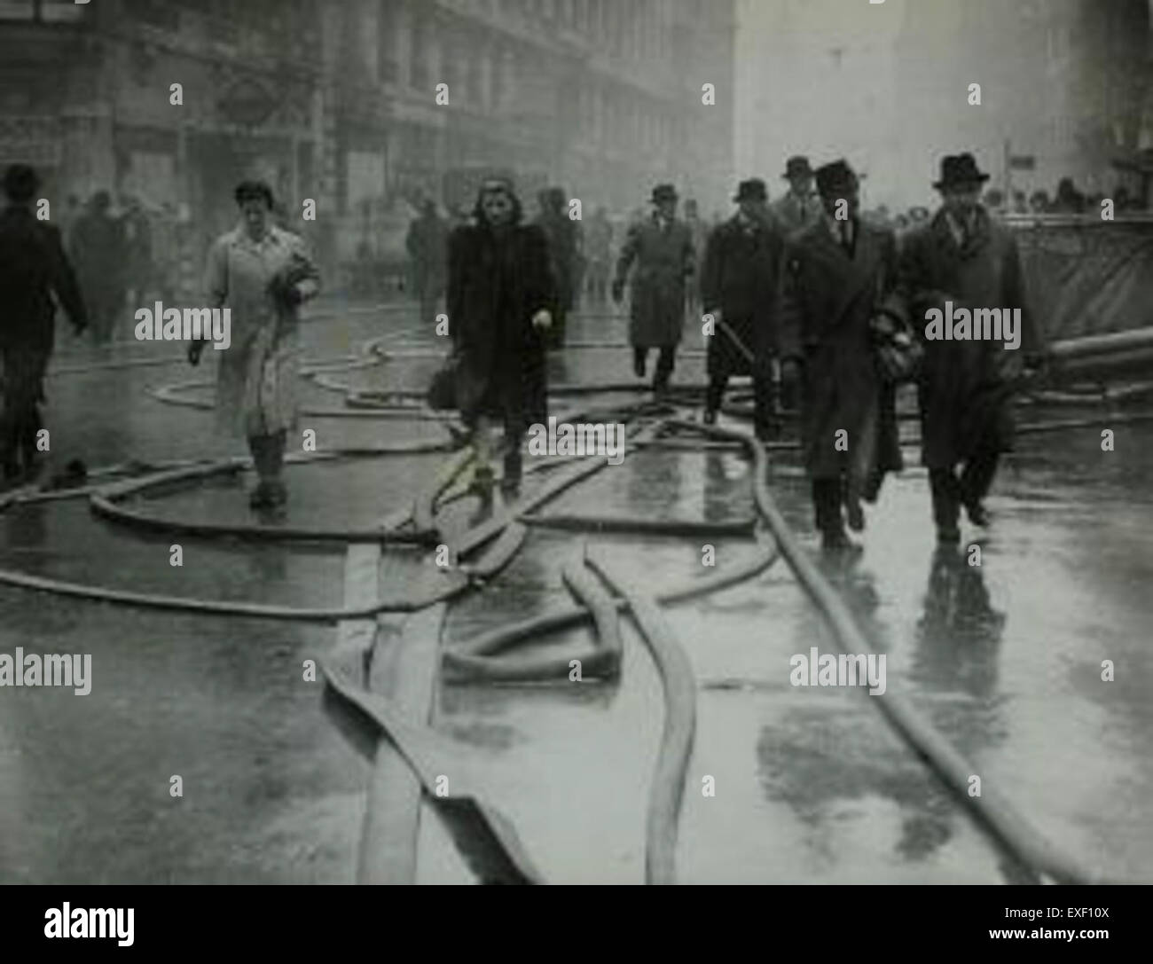 Voetgangers in Londen na bombardement - Stock Image