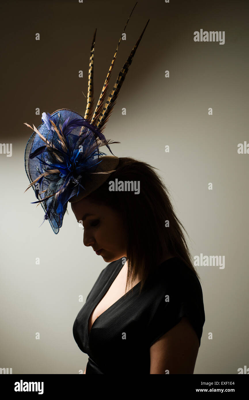 A young woman girl modeling wearing a designer hat fascinator hatinator made by Twisted Thimble millinery - Stock Image