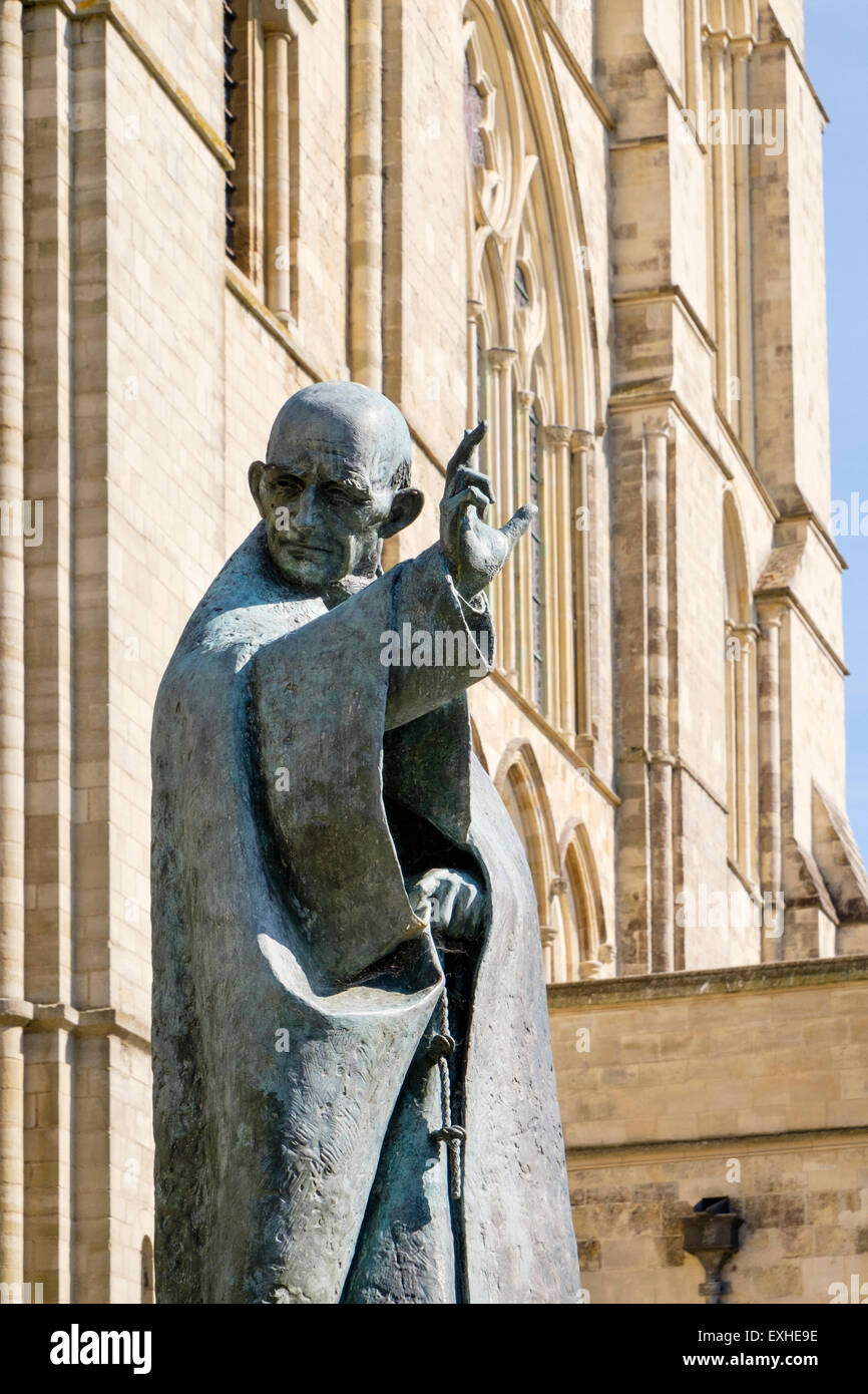 Bronze statue of patron Saint Richard outside Chichester Cathedral Church of the Holy Trinity. Chichester West Sussex - Stock Image