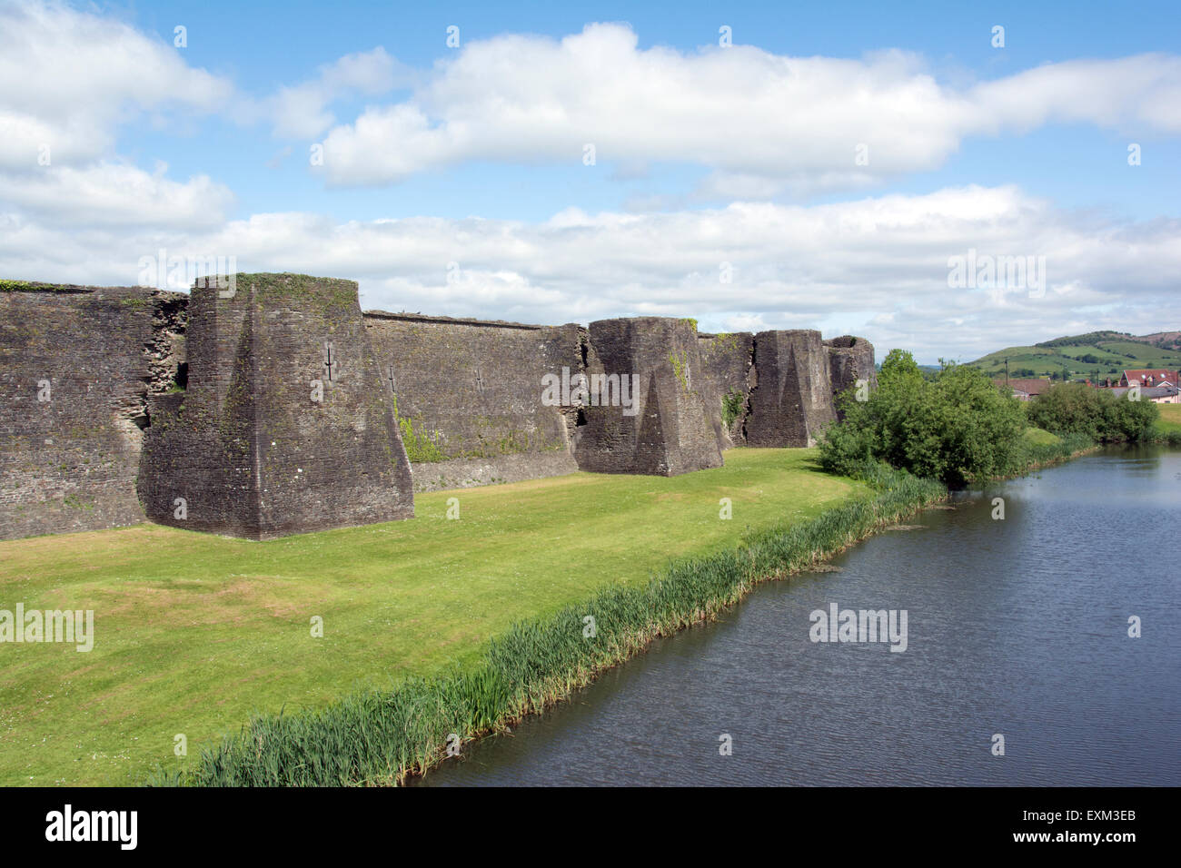 WALES; CAERPHILLY; CAERPHILLY CASTLE WALLS AND MOAT - Stock Image