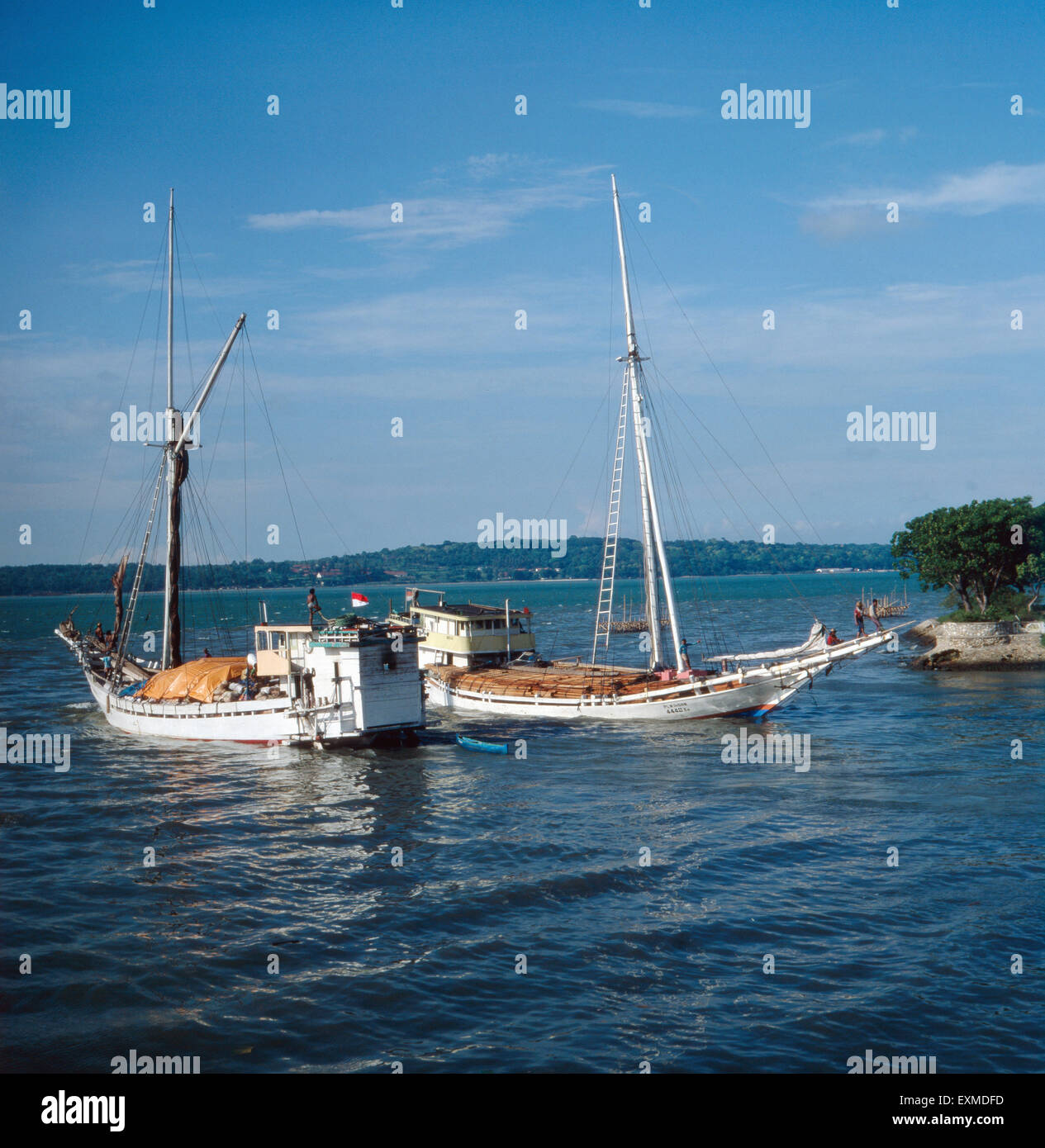 Ein Segelausflug bei Java, Indonesien 1980er Jahre. A sailing trip near the island of Java, Indonesia 1980s. - Stock Image