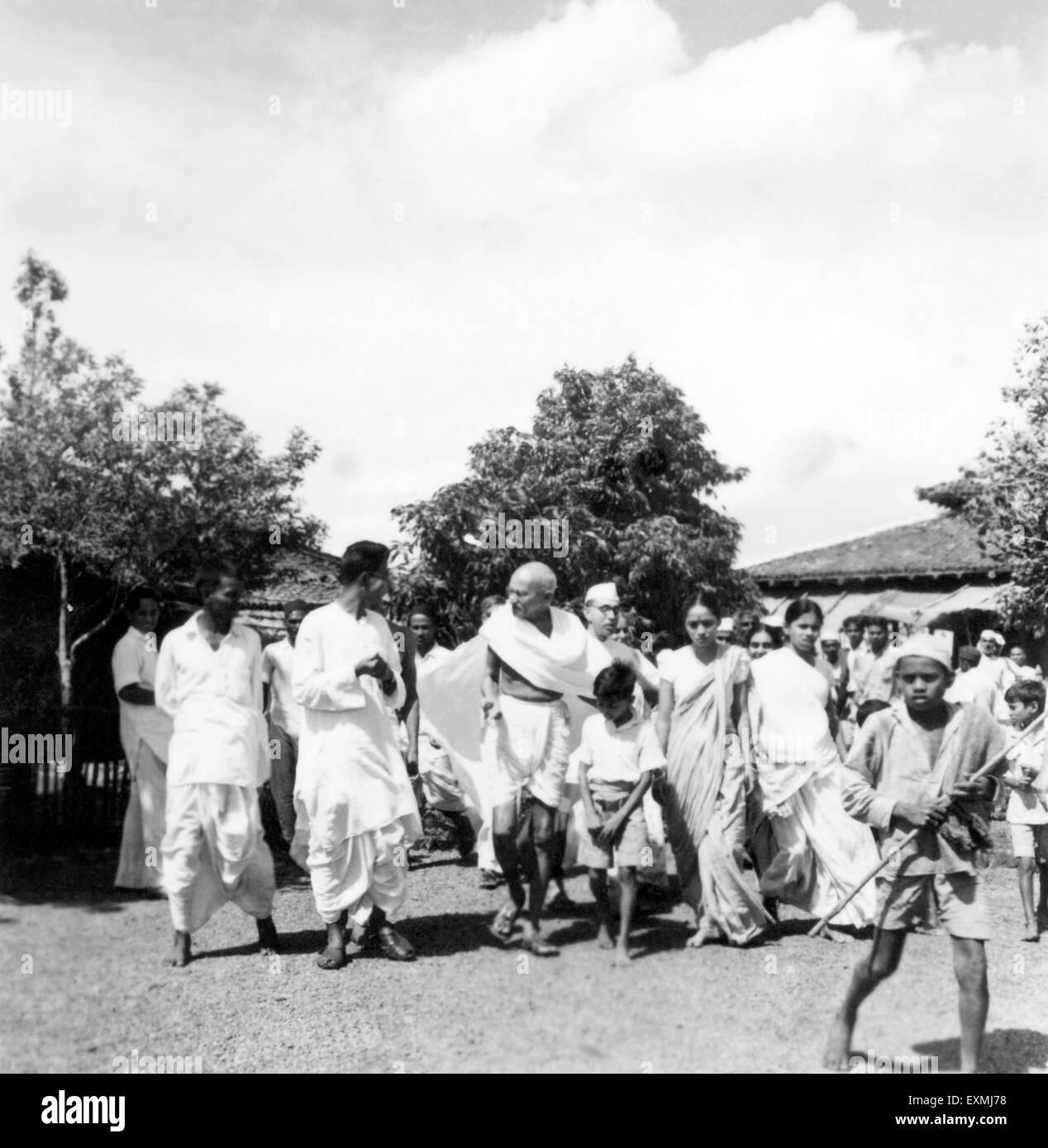 Mahatma Gandhi accompanied journalist Shailendra Chatterjee Pyarelal Nayar Abha Gandhi sister Vinabehn Patel Ashram - Stock Image