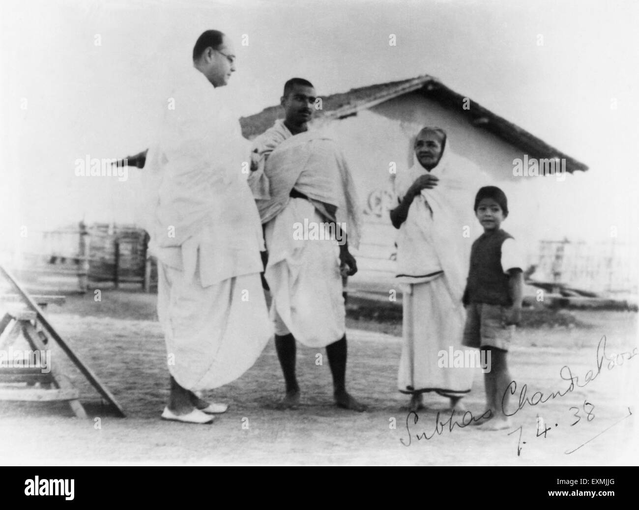 Subhas Chandra Bose ; Kanu Gandhi ; Kasturba Gandhi and Kahandas in front of Mahatma Gandhi's hut at Sevagram - Stock Image