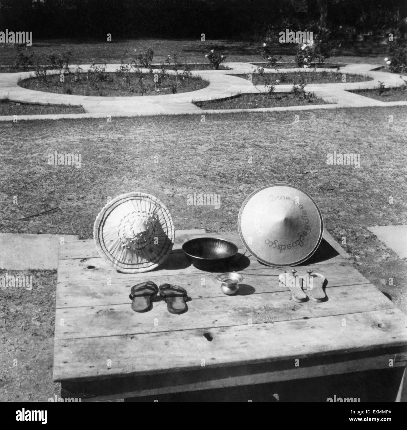 Mahatma Gandhi's possessions ; two hats ; two bowls ; two pair of chapalls ; displayed at Birla House ; New - Stock Image