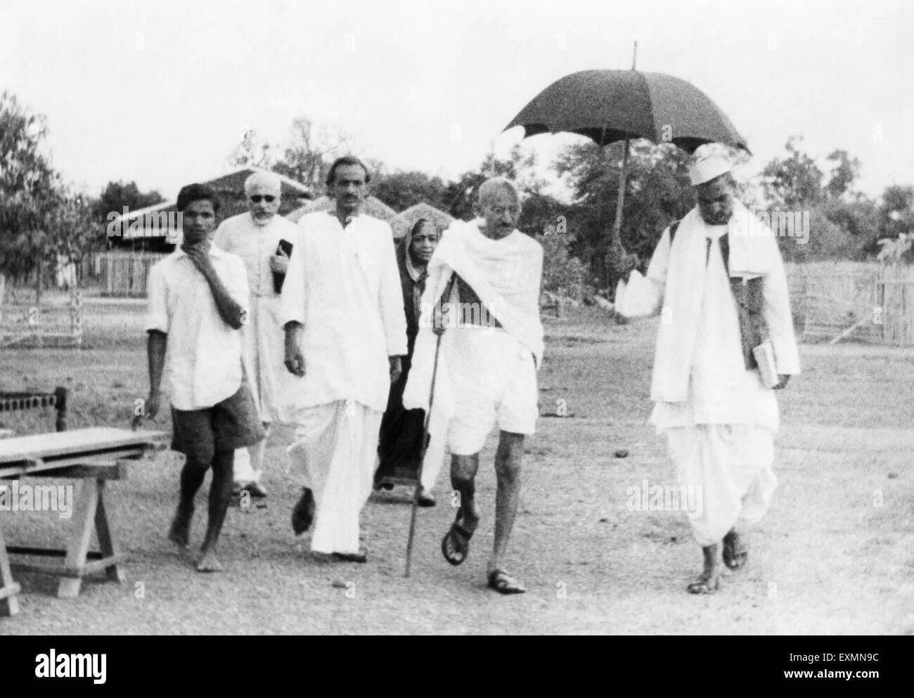 Abdul Kalam Maulana Azad Acharya Kripalani Sarojini Naidu Mahatma Gandhi Rajendra Prasad walking Sevagram Ashram - Stock Image