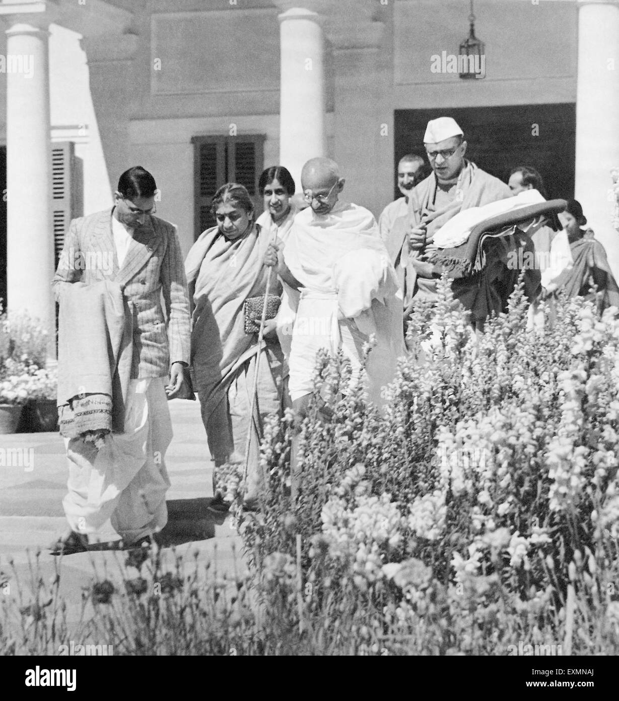 Mahatma Gandhi with Sarojini Naidu starting for an interview with the Viceroy, birla bhawan, Delhi, March 15, 1939 - Stock Image