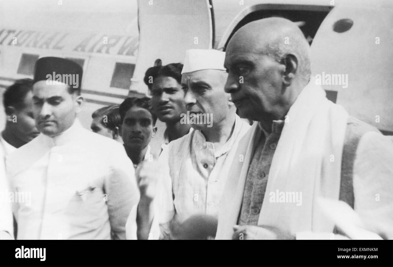 Jawaharlal Nehru and Sardar Vallabhbhai Patel on their arrival at the aerodrome in Calcutta ; 1946 ; India - mkg - Stock Image