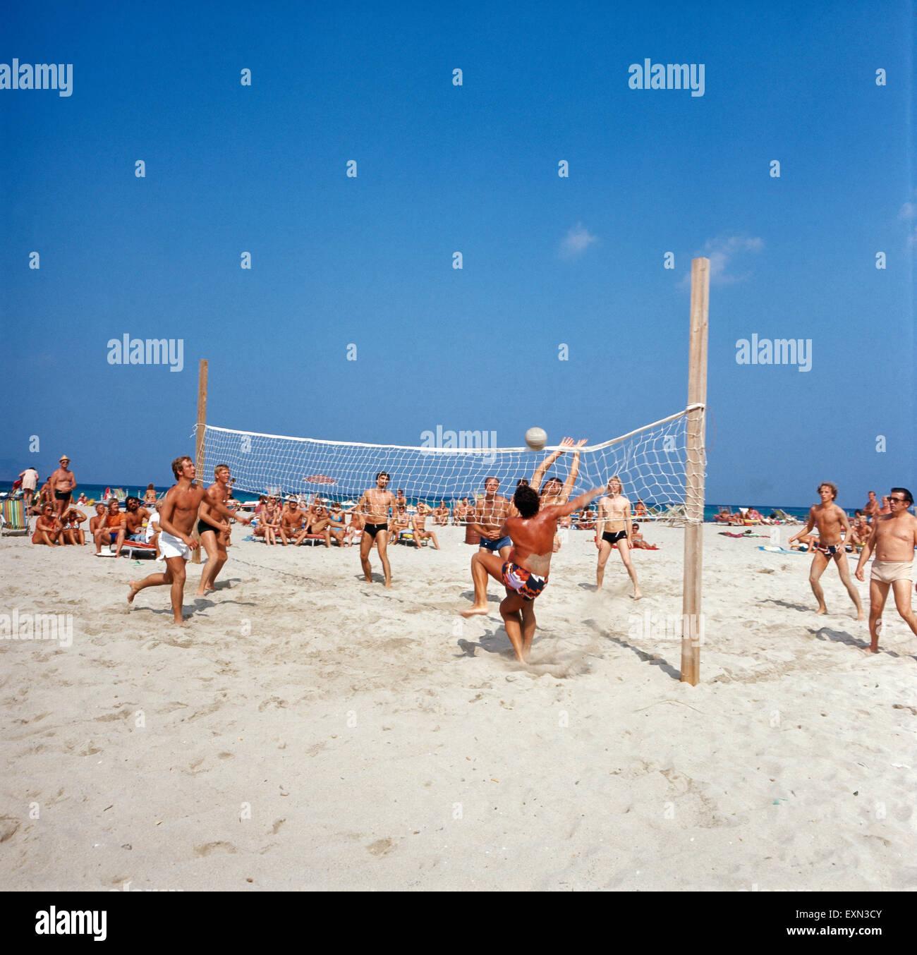 Sportliche Wettkämpfe am Strand von Club Maryland auf Formentera, Ibiza 1976. Ssporting competitions at the - Stock Image