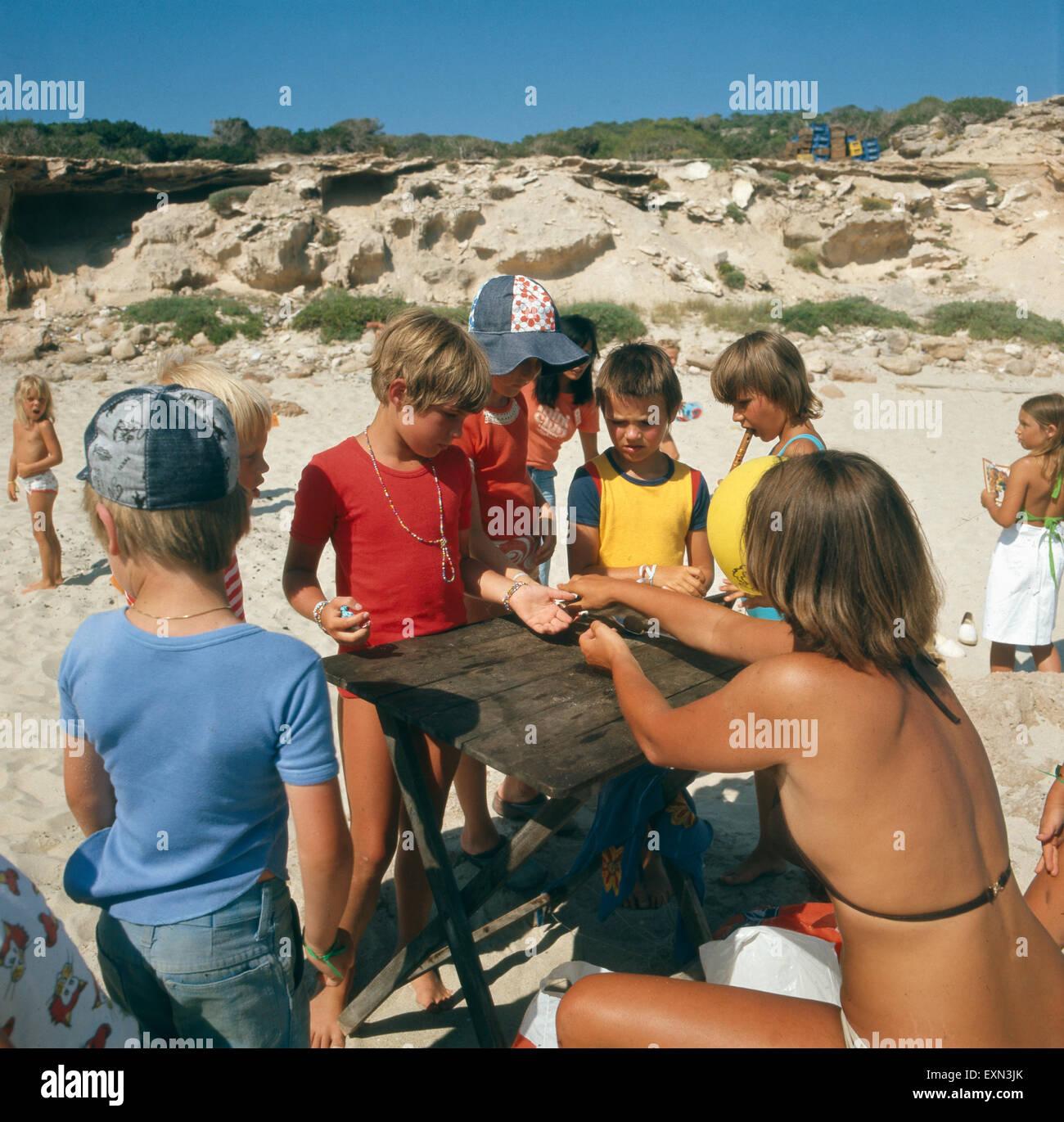 Kinderspiele an einem Strand auf der balearischen Insel Formentera, Ibiza 1976. Child's play at a beach of the Balearic Stock Photo