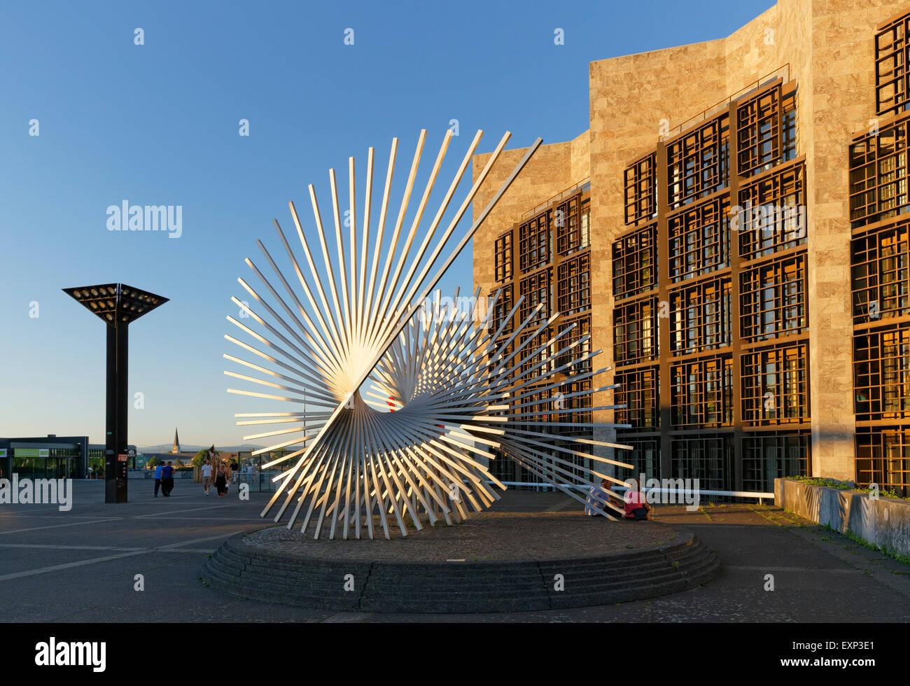 Sculpture Vitality by Andreu Alfaro and city hall, Jockel-Fuchs-Platz square, Mainz, Rhineland-Palatinate, Germany - Stock Image