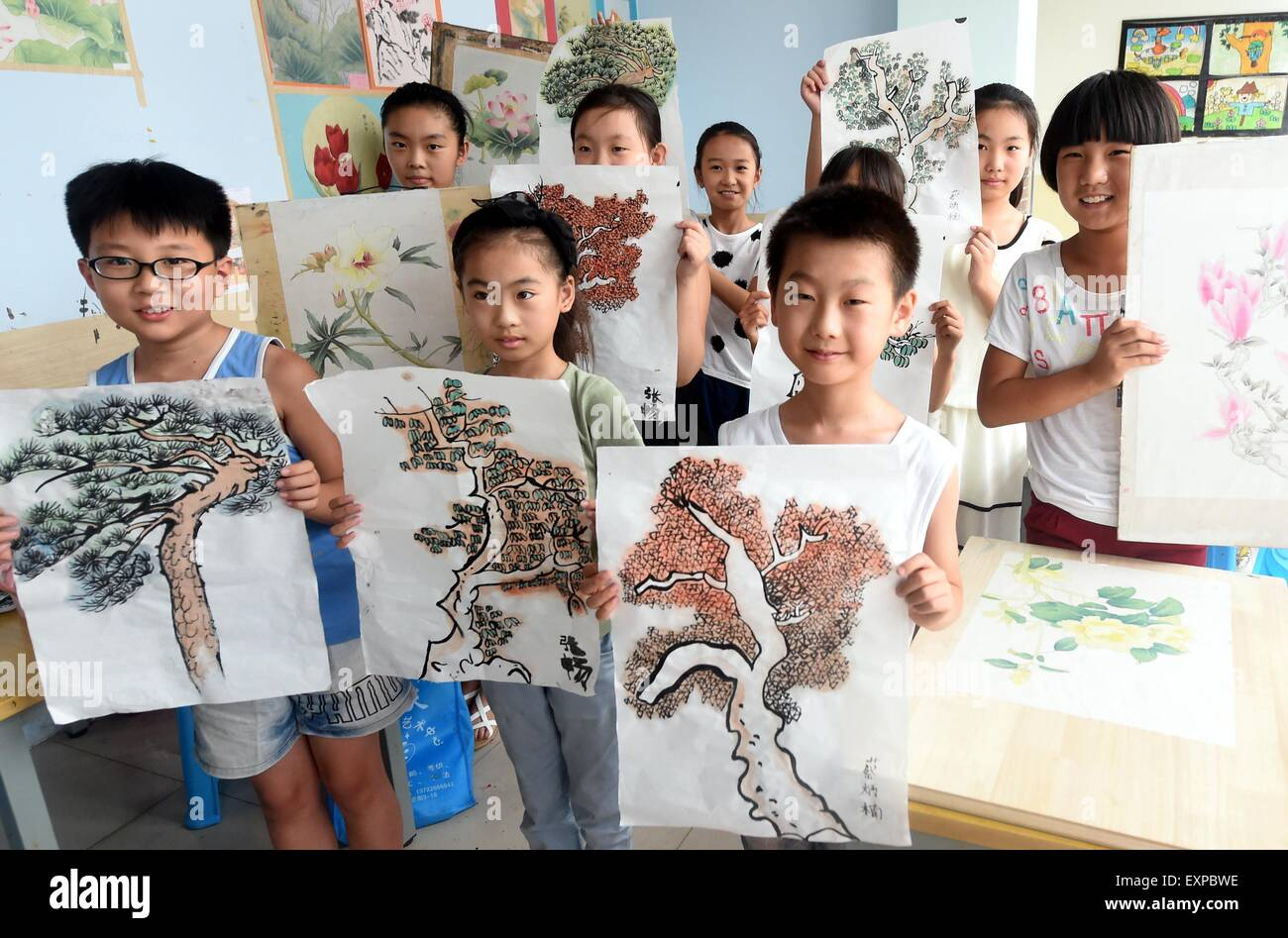 (150716) -- BAZHOU, July 16, 2015 (Xinhua) -- Children show their paintings at an interest class in Shengfang Township - Stock Image