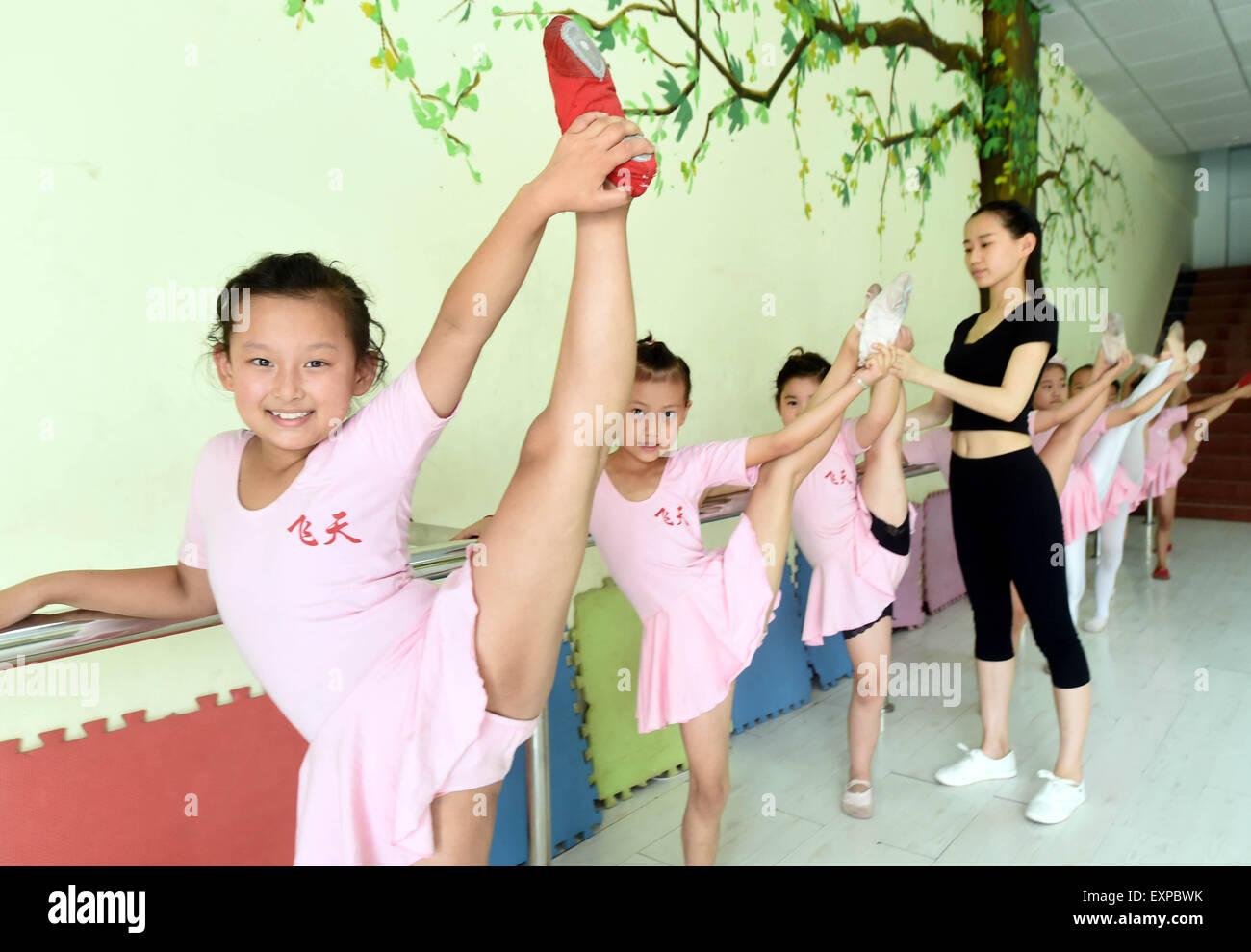 (150716) -- BAZHOU, July 16, 2015 (Xinhua) -- Children learn to dance at an interest class in Shengfang Township - Stock Image